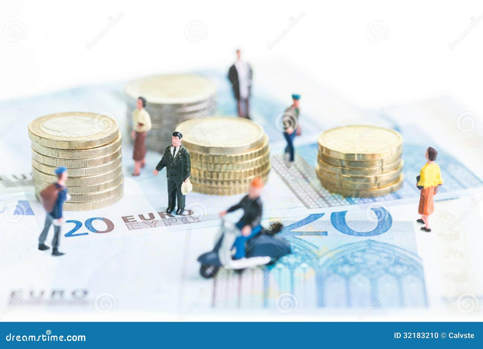 20张欧洲钞票和欧洲硬币的微型人