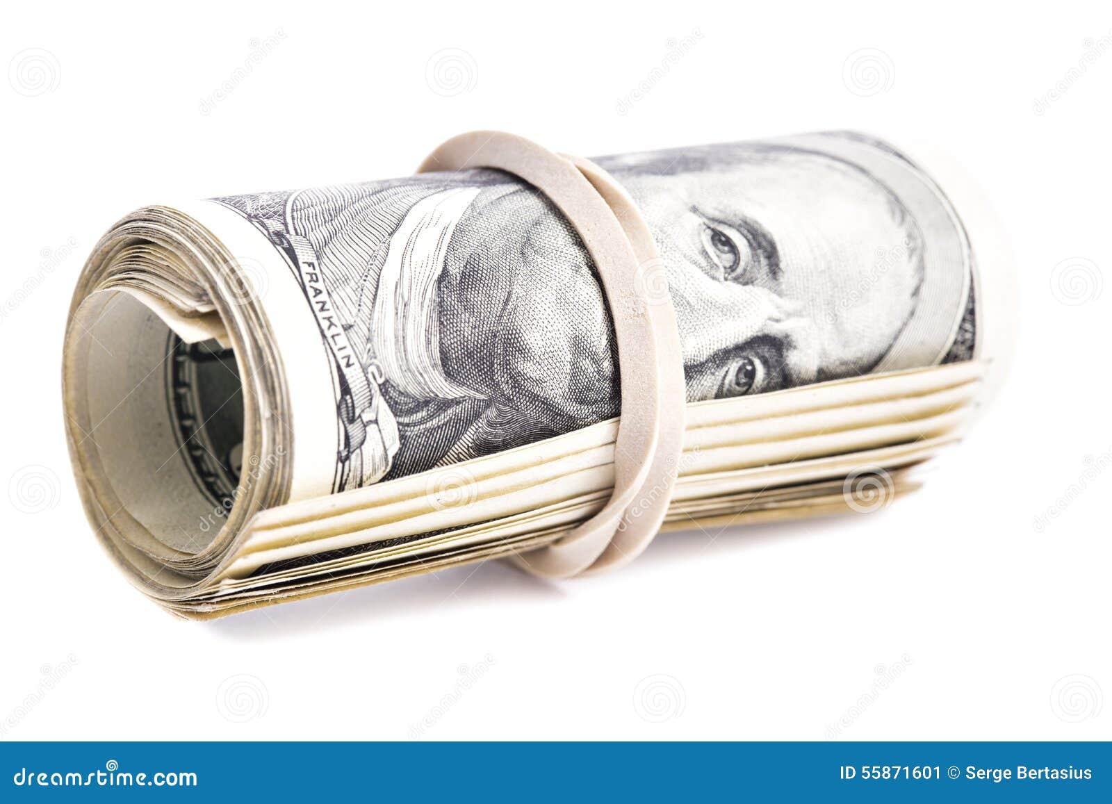 100张美元钞票卷起了并且拉紧了与橡皮筋儿