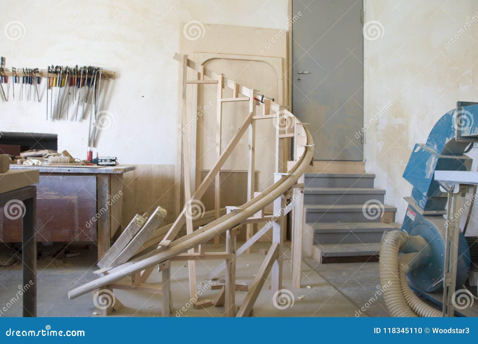 弯曲的扶手栏杆的片段从橡木鳞片的