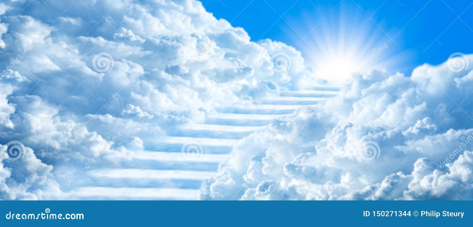 弯曲通过云彩的楼梯