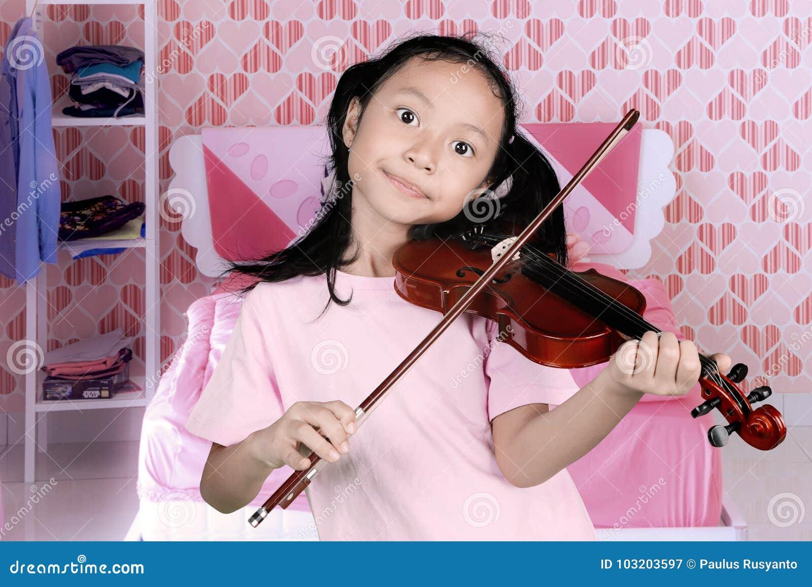 弹一把小提琴的小女孩在卧室