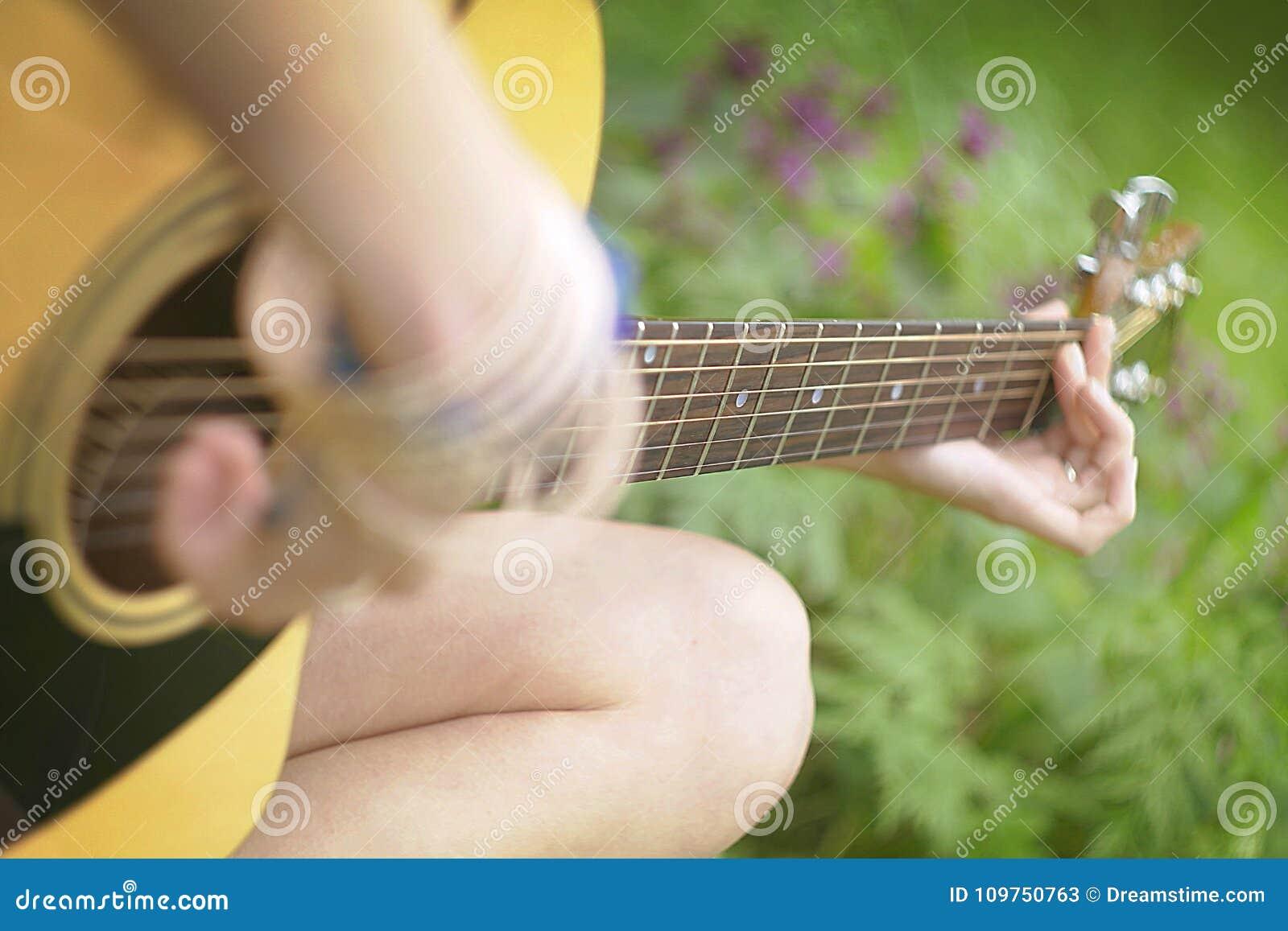 弹吉他在森林里