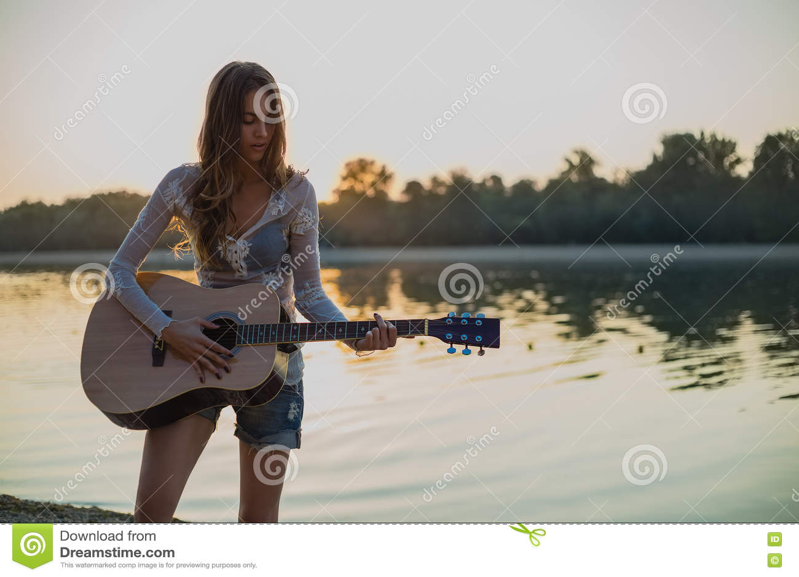 弹在海滩的女孩吉他