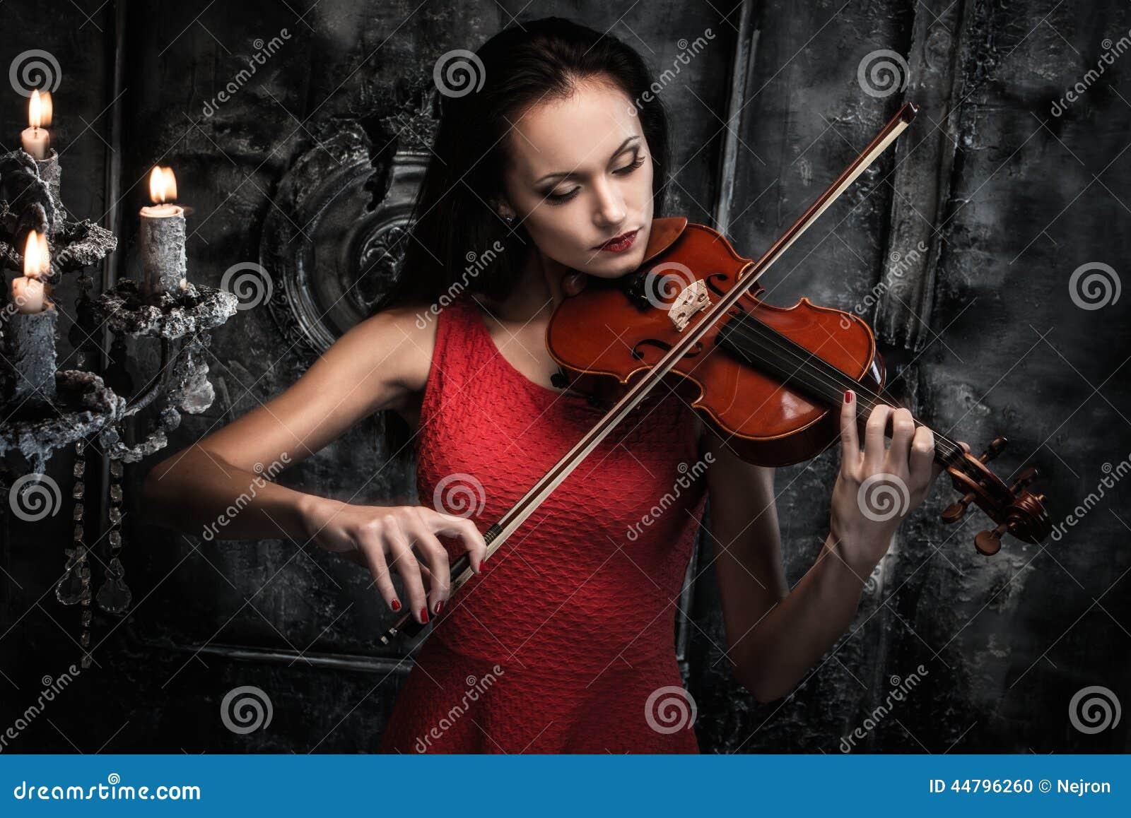 弹在神秘的内部的妇女小提琴