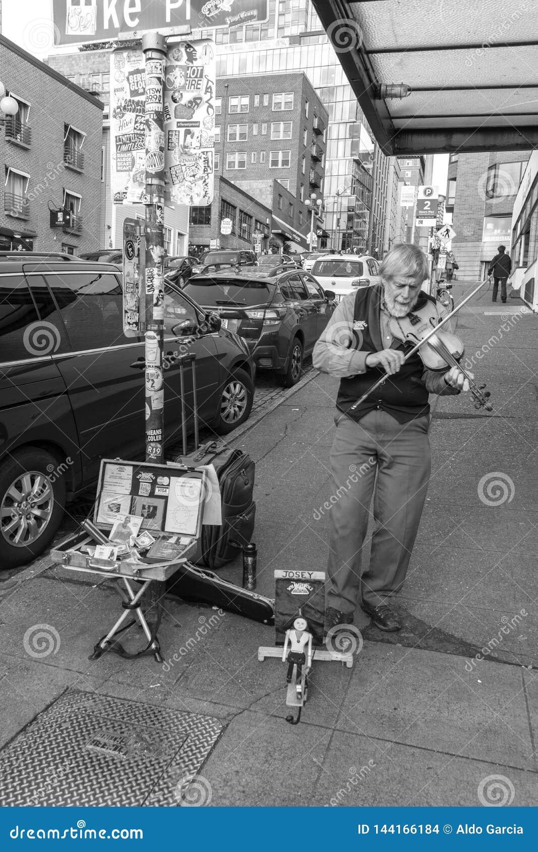 弹在街道上的音乐家小提琴