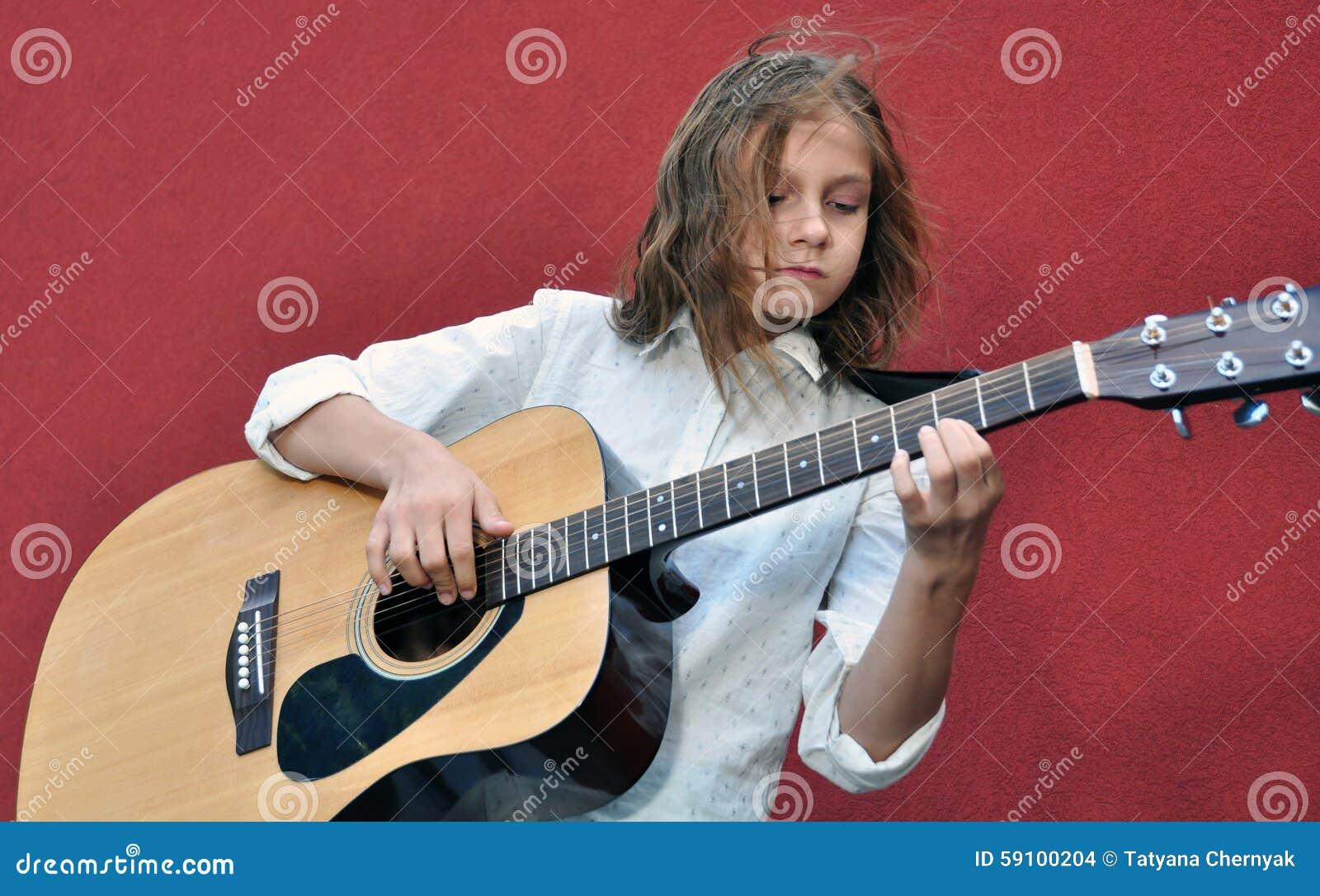 弹在街道的少年吉他