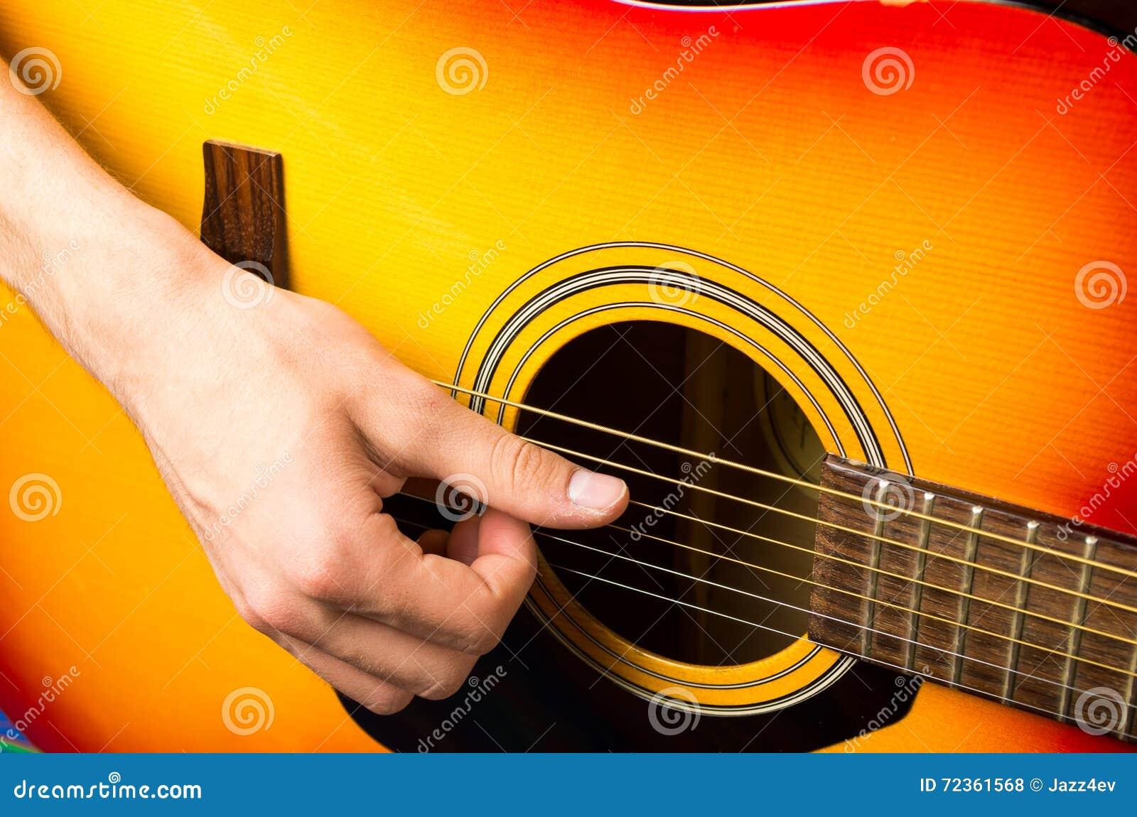 弹声学吉他,关闭的男性手
