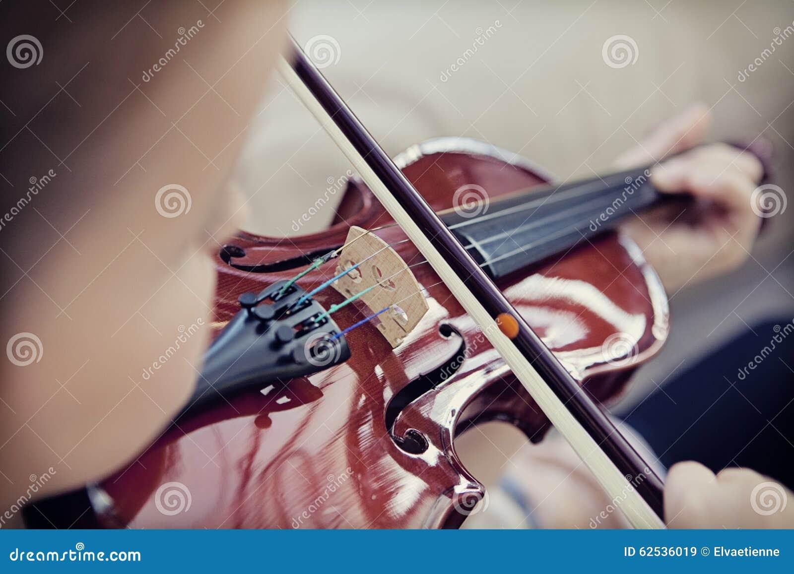 弹小提琴的孩子