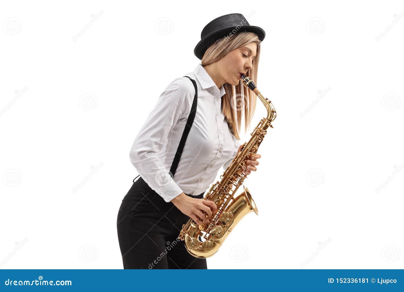 弹萨克斯管的年轻女性爵士乐音乐家