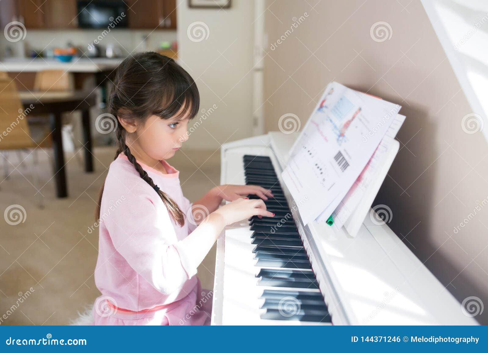 弹钢琴和读音符的女孩