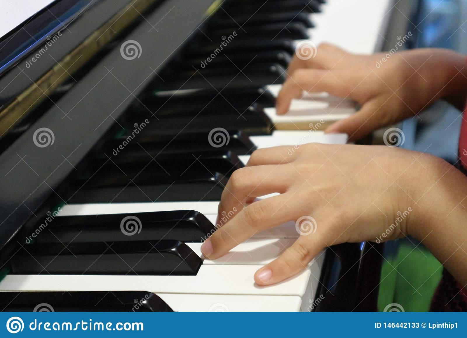 弹钢琴的儿童手