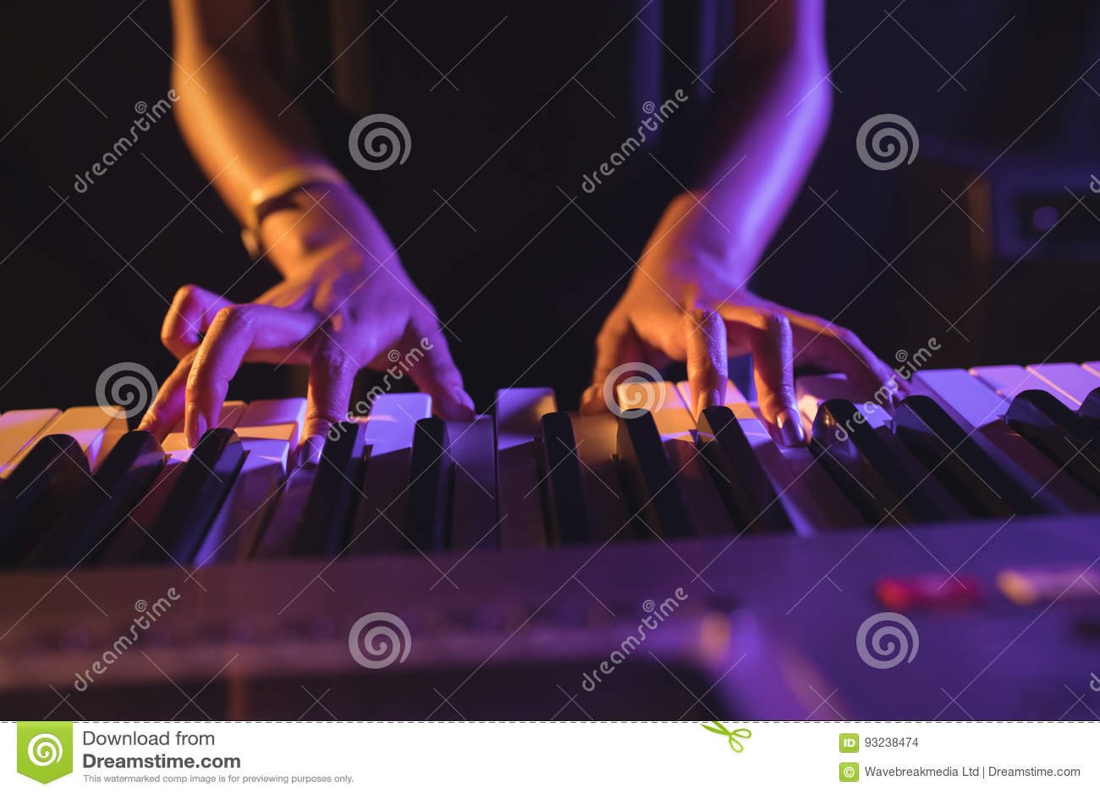 弹钢琴的女性音乐家的中间部分