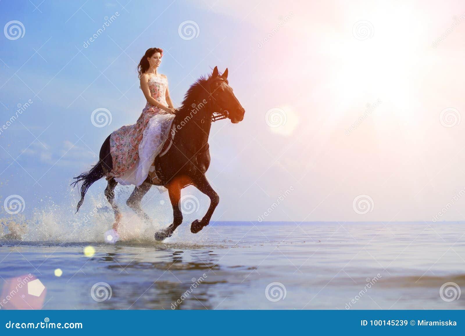 强壮男子的人和马在天空和水背景  男孩方式