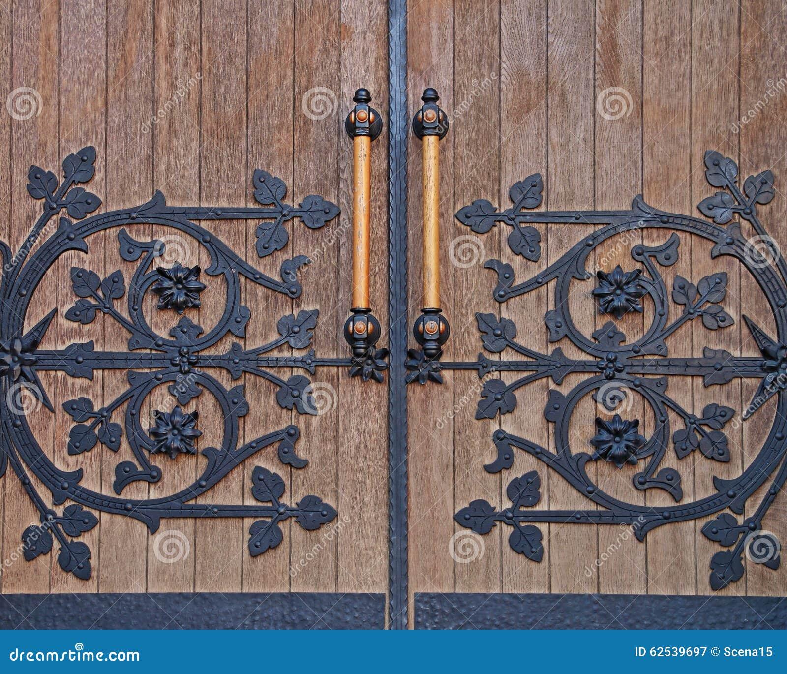 强的伪造的门