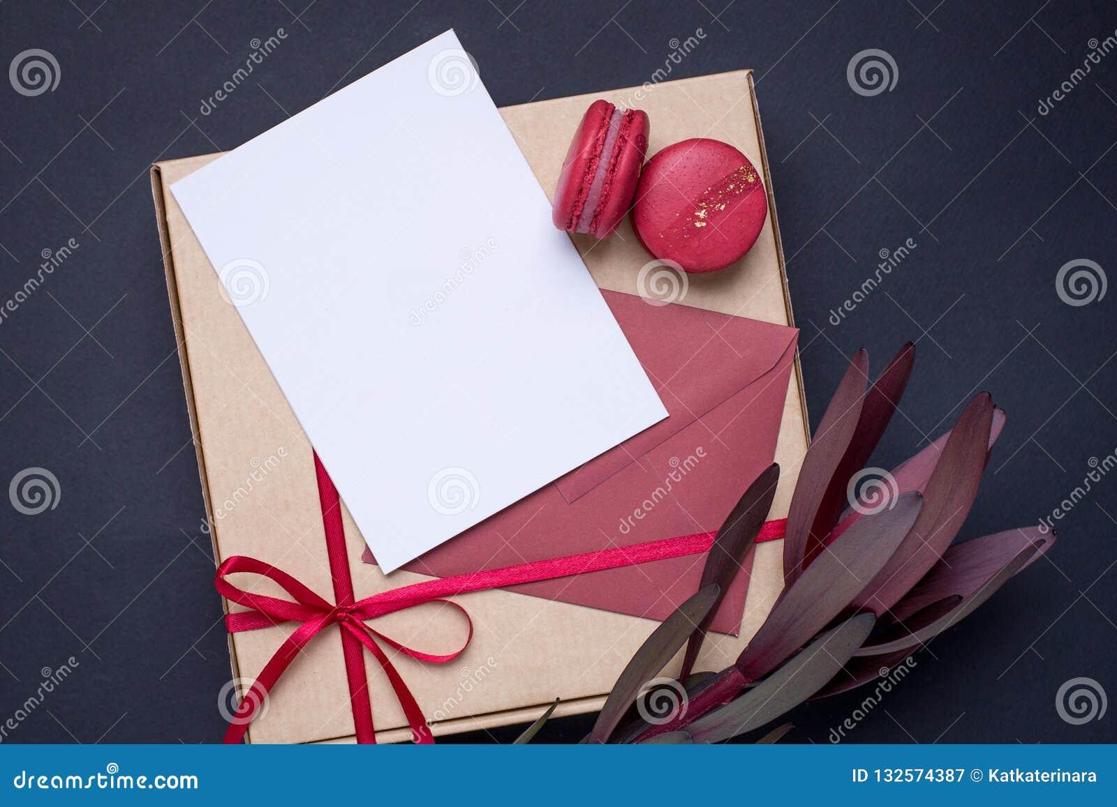当前白色卡片和礼物在箱子有缎带的在黑暗的背景