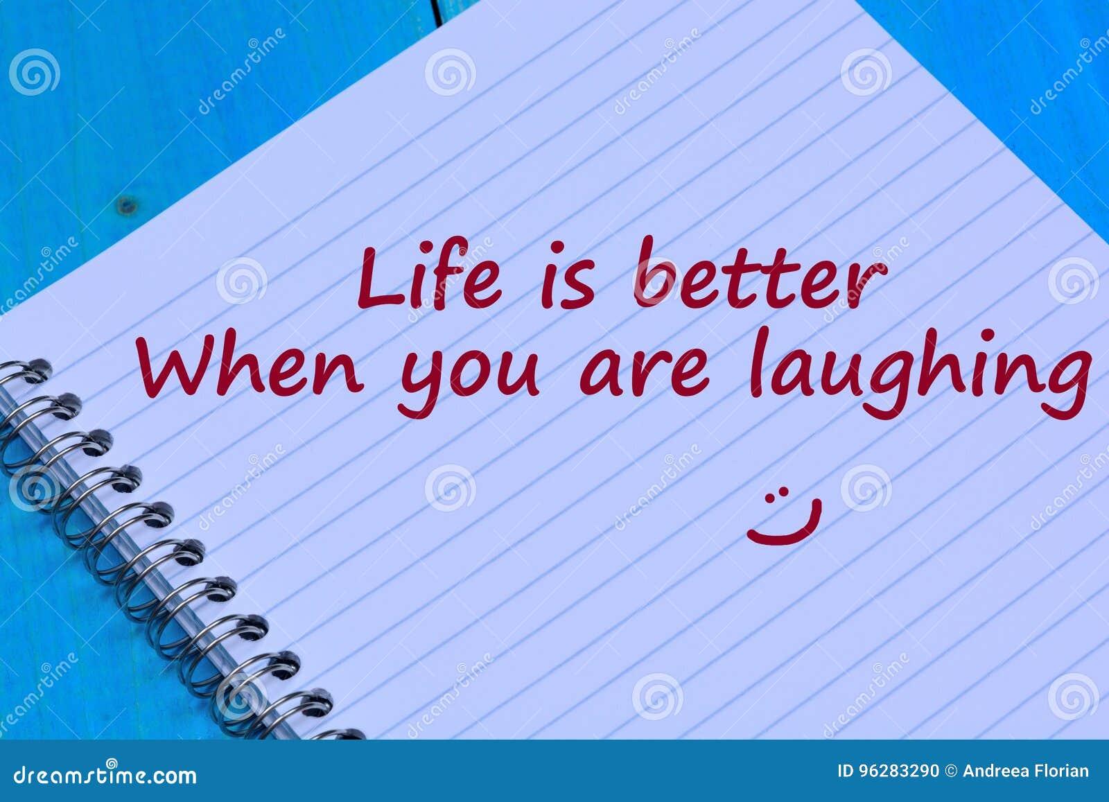 当您笑在笔记本时的词生活是更好的