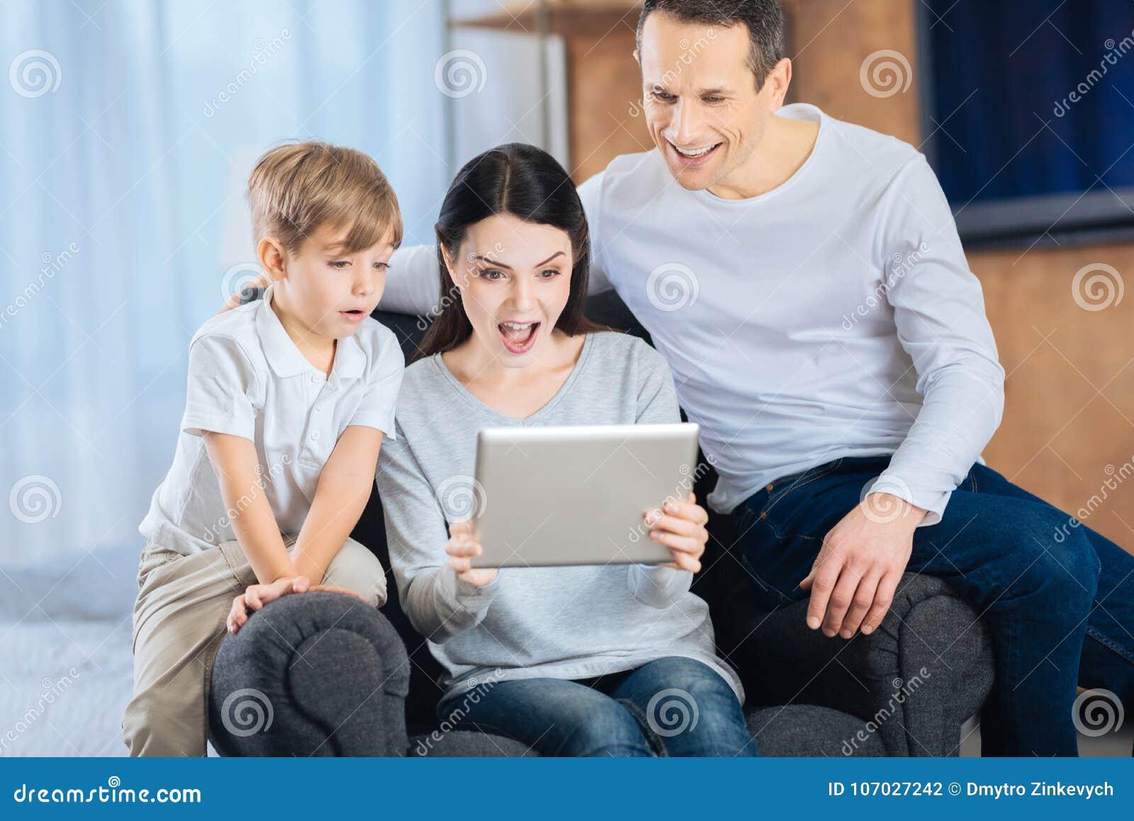 录影惊奇的年轻家庭