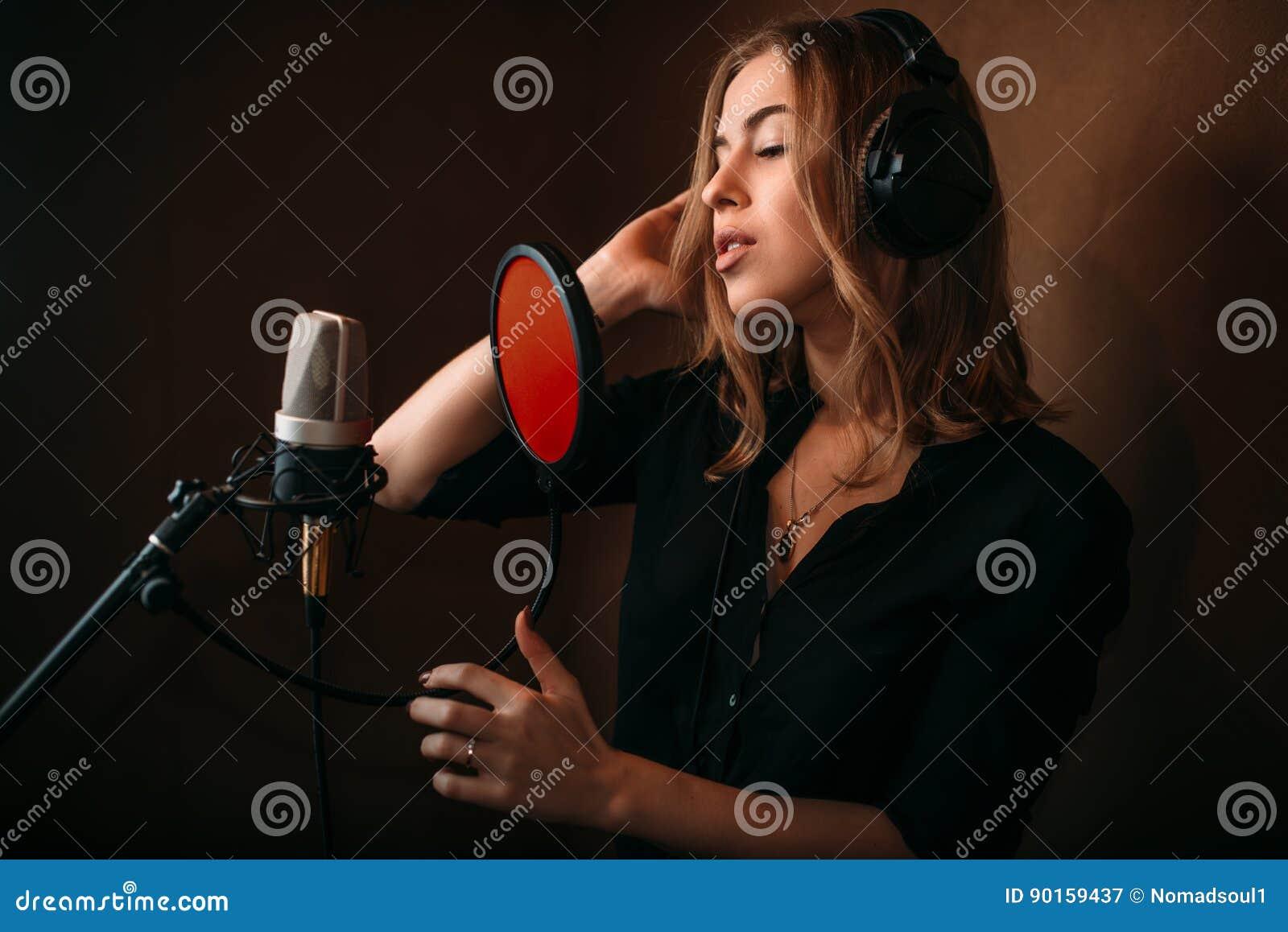 录音歌的女歌手在音乐演播室