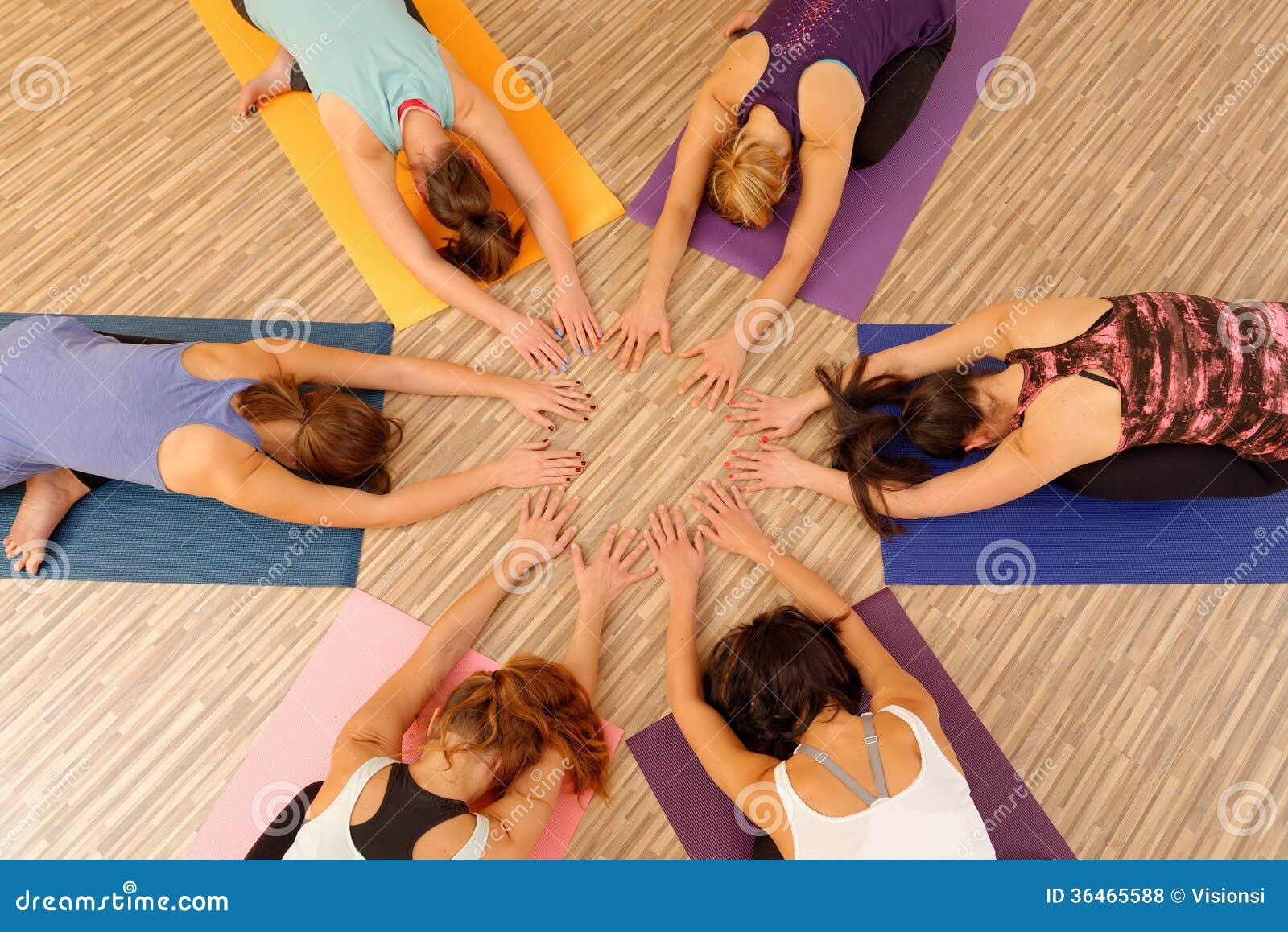 形成圈子/Vinyasa流程瑜伽的妇女的手
