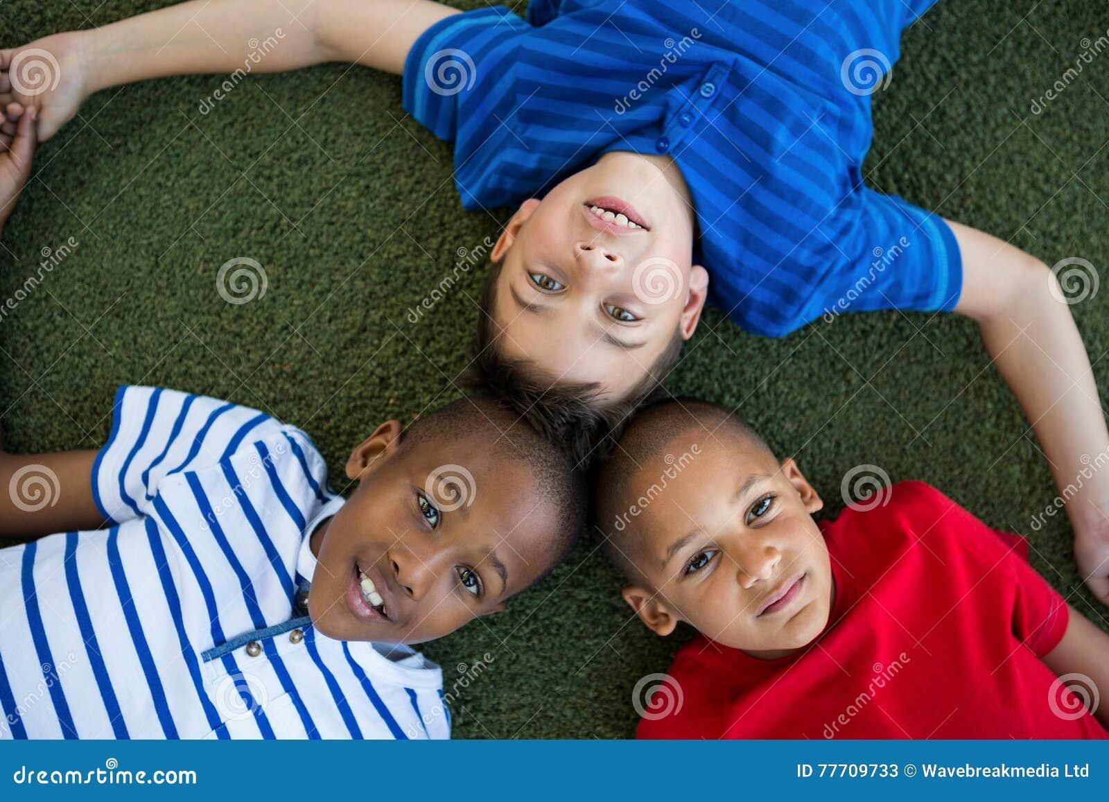 形成杂乱的一团的孩子大角度画象