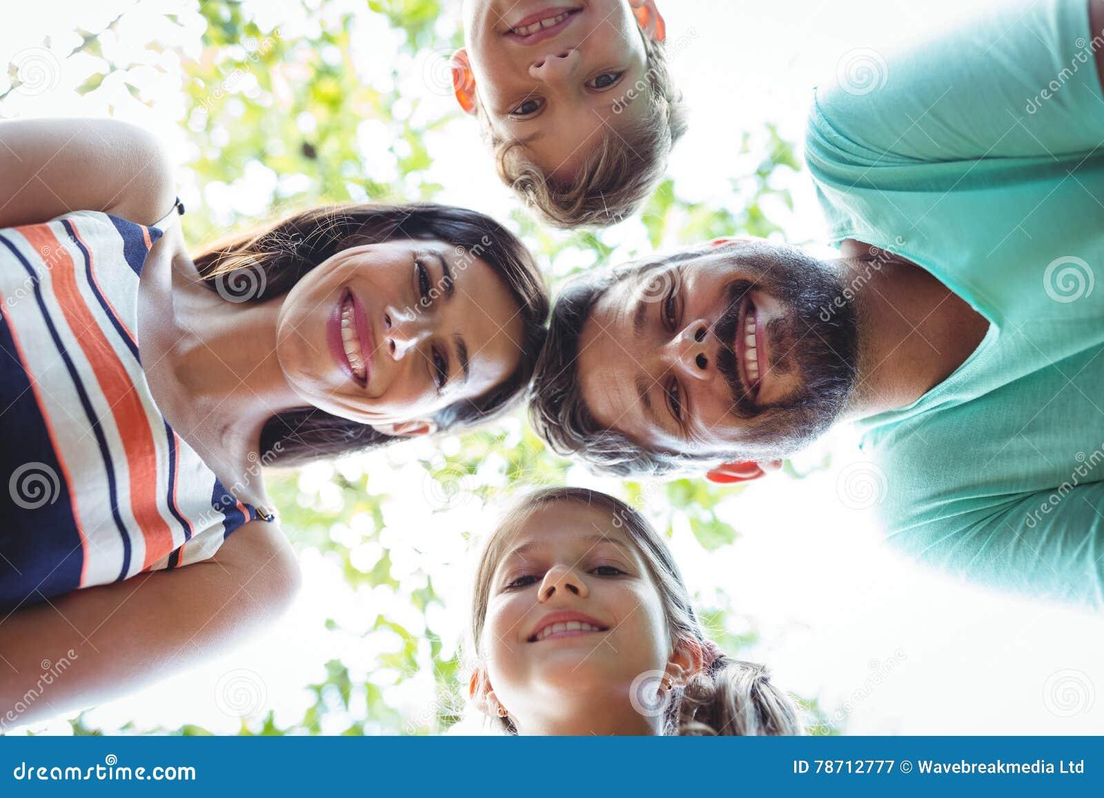 形成杂乱的一团的家庭反对天空