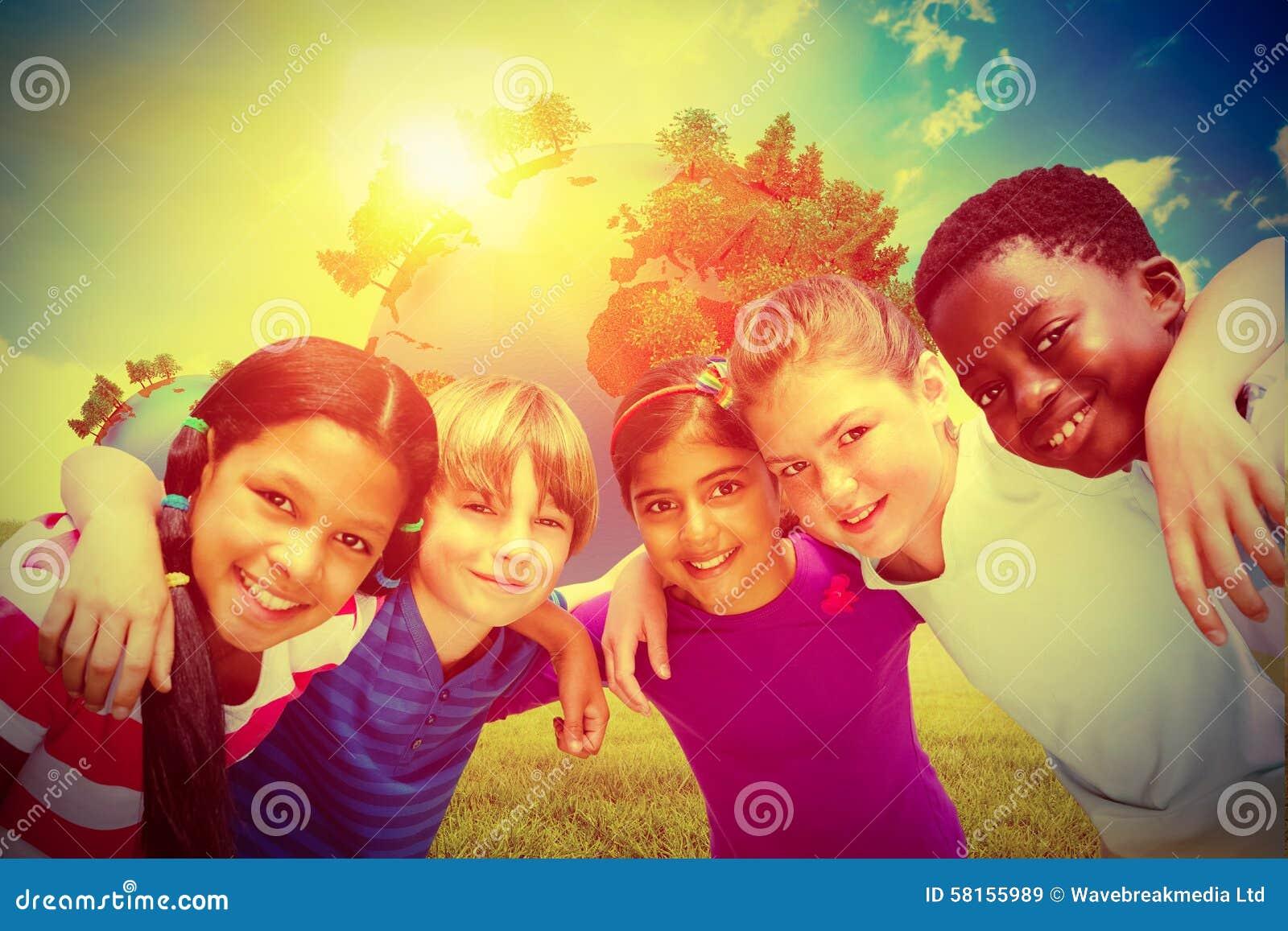 形成杂乱的一团的愉快的孩子的综合图象在公园