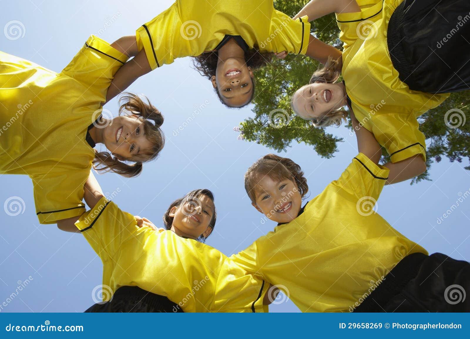 形成杂乱的一团的足球队员