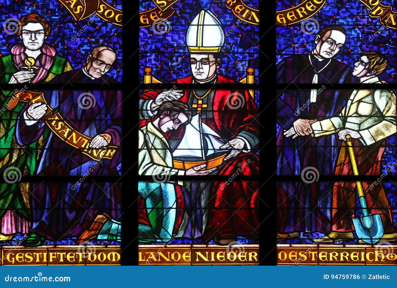 彩色玻璃在Votiv Kirche奉献的教会在维也纳