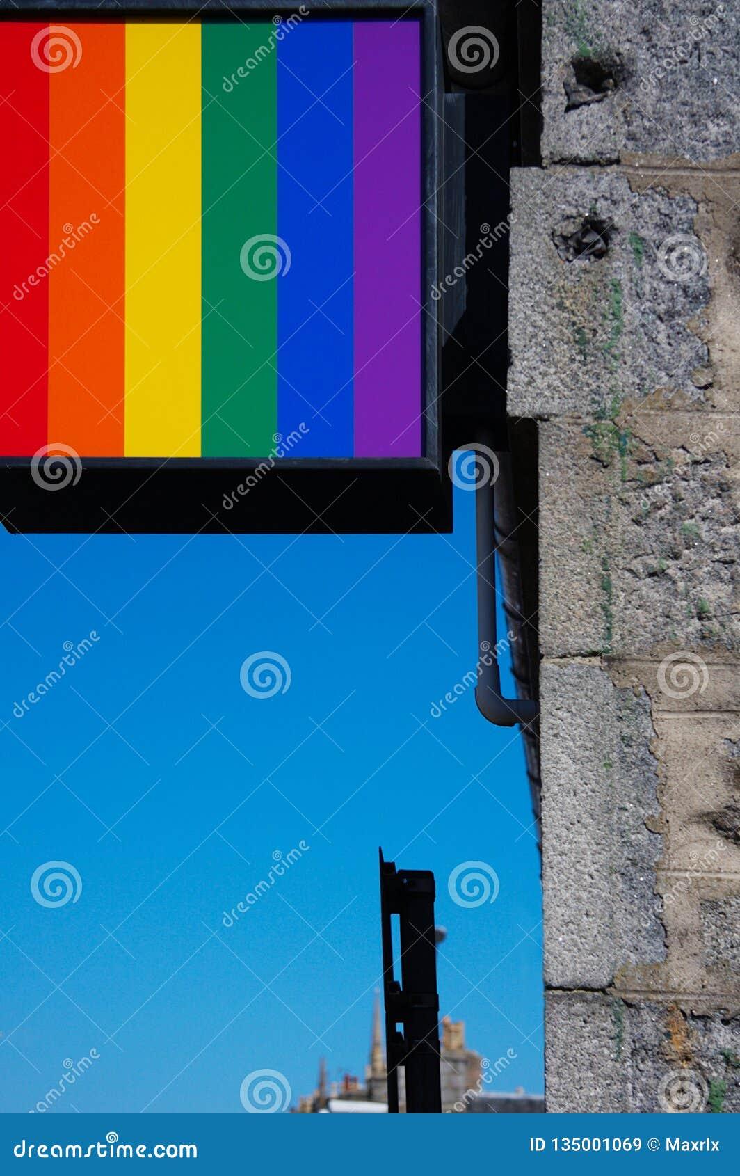 彩虹反对明亮的天空蔚蓝的色的广告标志特写镜头