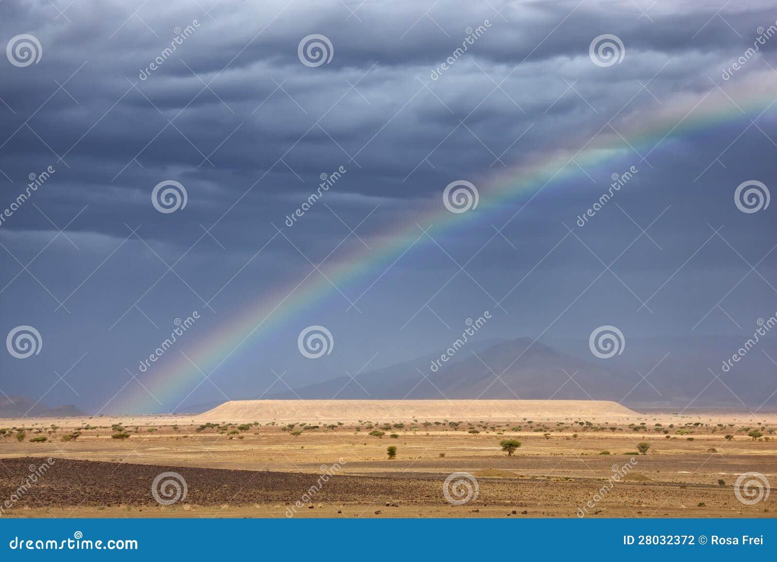彩虹在撒哈拉大沙漠。