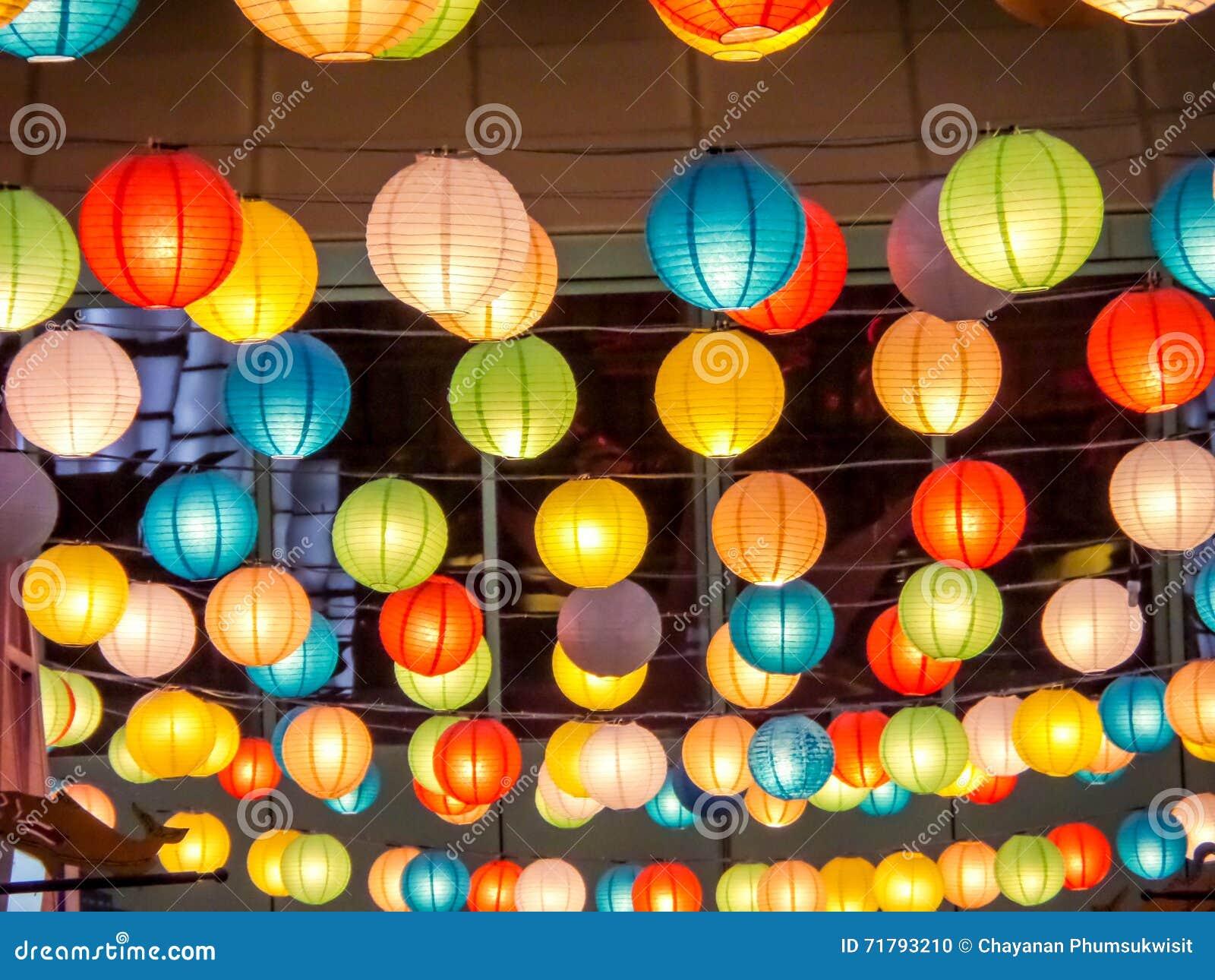 彩虹日本灯内部室内在公开夜广场