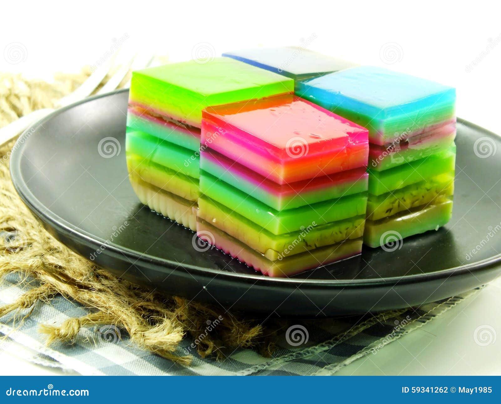 彩虹甜五颜六色的款待分层了堆积凝胶甜点