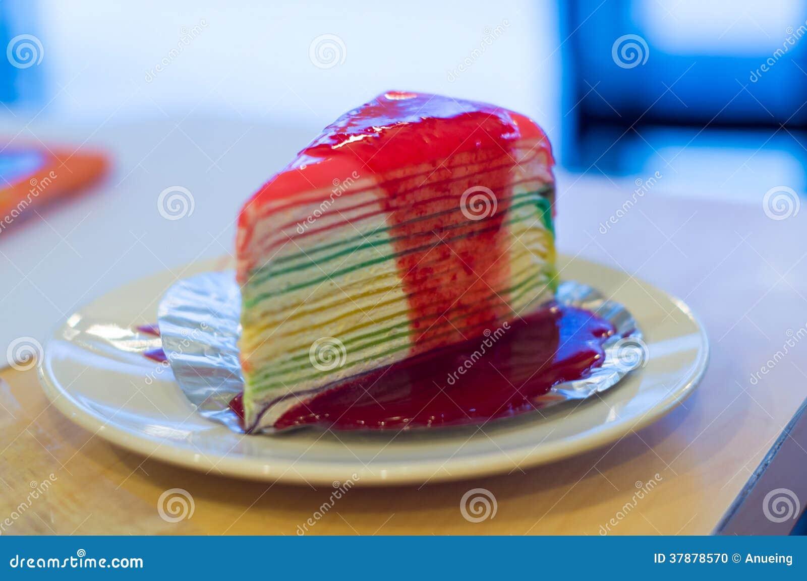 在白色盘的彩虹蛋糕.图片