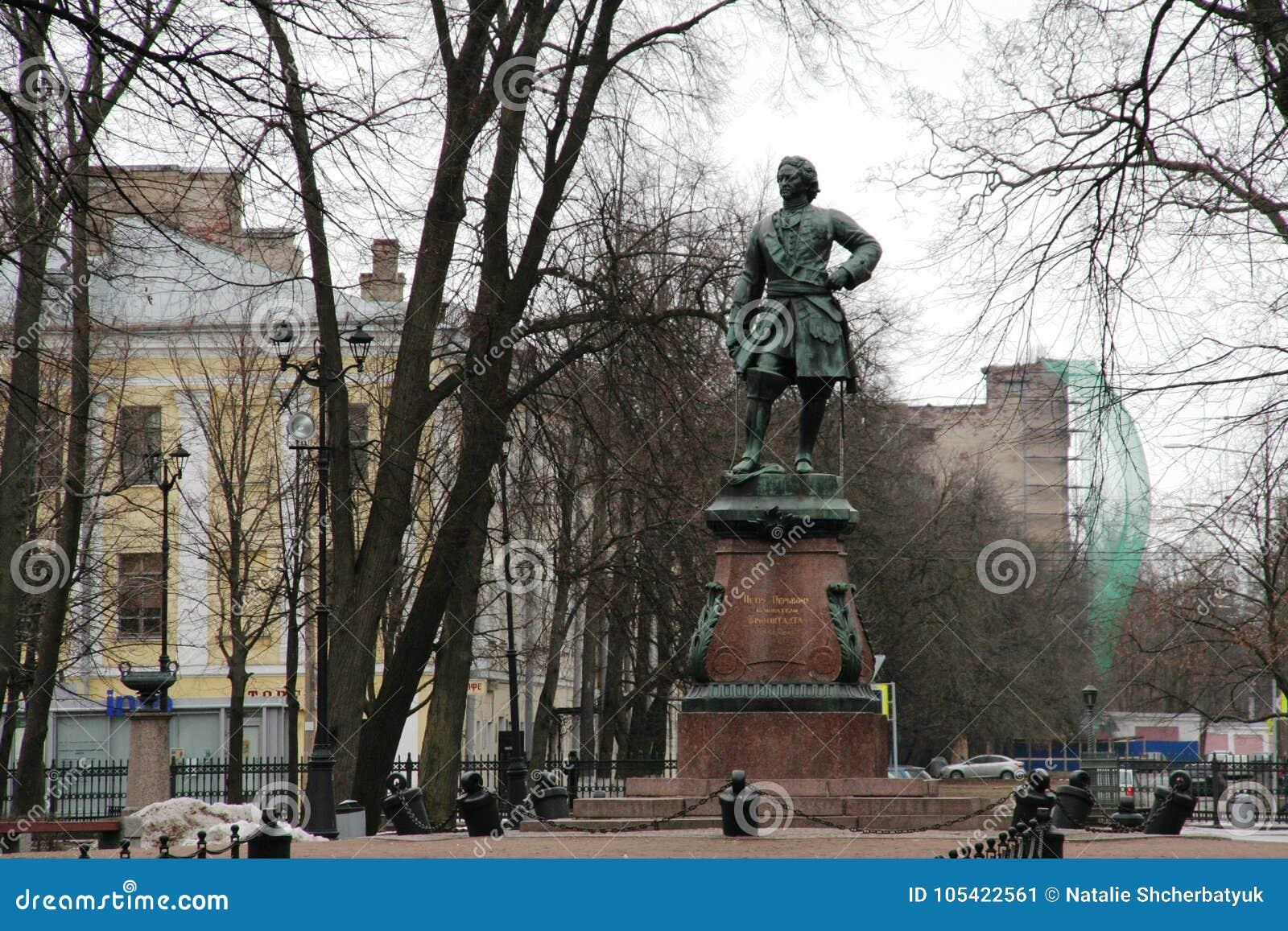 彼得大帝的纪念碑在Kronstadt,俄罗斯在冬天多云天