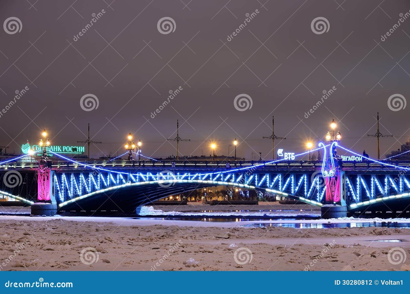 有圣诞节照明的三位一体桥梁在彼得斯堡,俄国