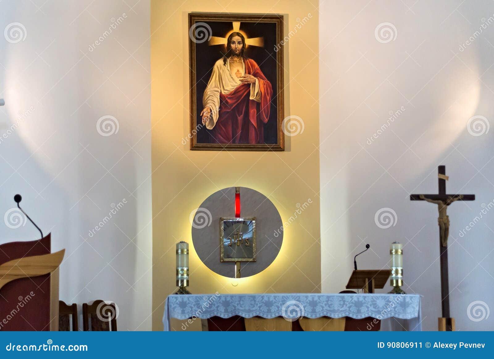 彼得罗巴甫尔,哈萨克斯坦- 2015年7月24日:耶稣的多数耶稣圣心的罗马天主教堂的内部在彼得罗巴甫尔