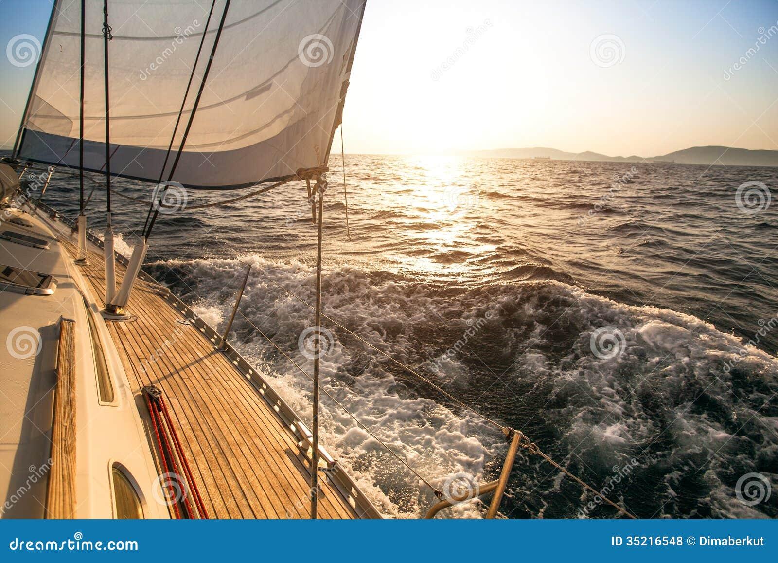往日落的游艇航行