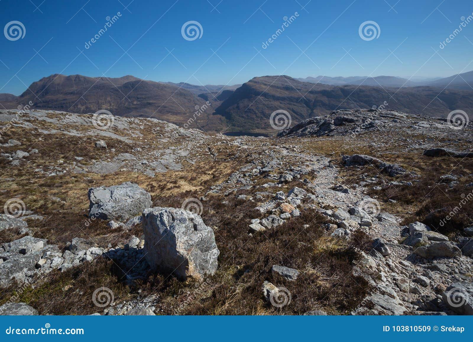 往Slioch的看法从山行迹在Beinn Eighe国家级自然保护区
