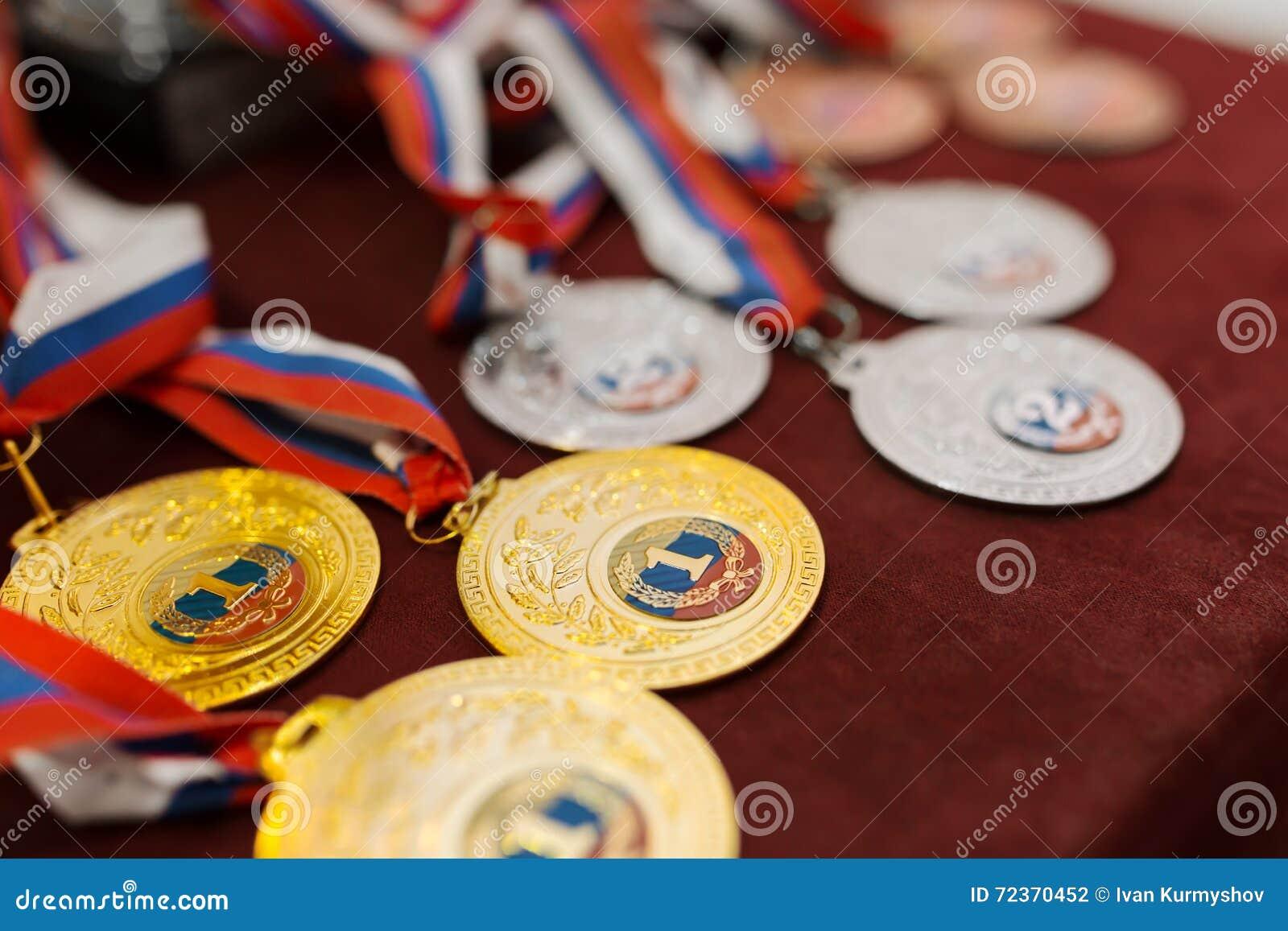 征服竞争的奖牌在桌上