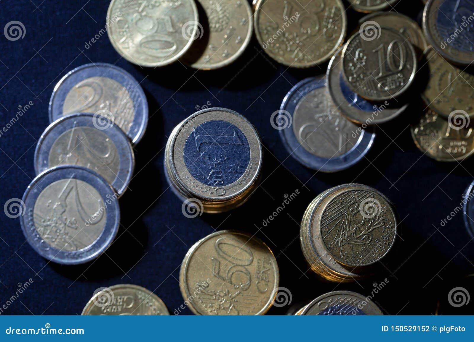 很多欧元硬币和分在黑色