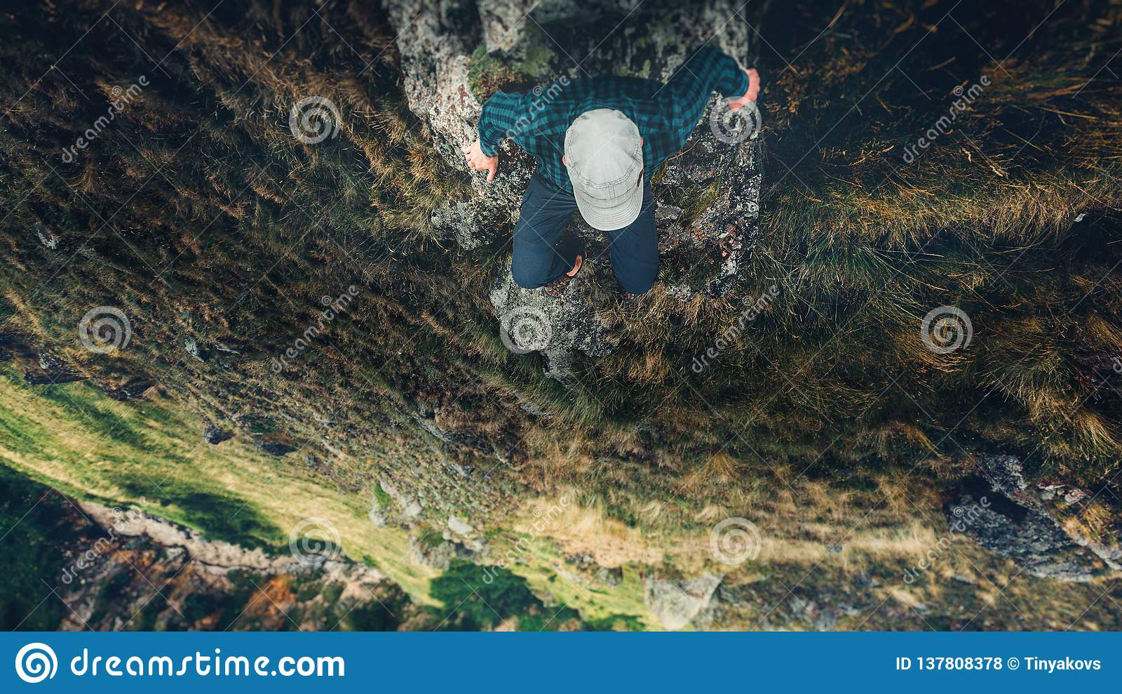徒步旅行者人坐峭壁与山鸟瞰图旅行生活方式冒险假期概念的桥梁边缘
