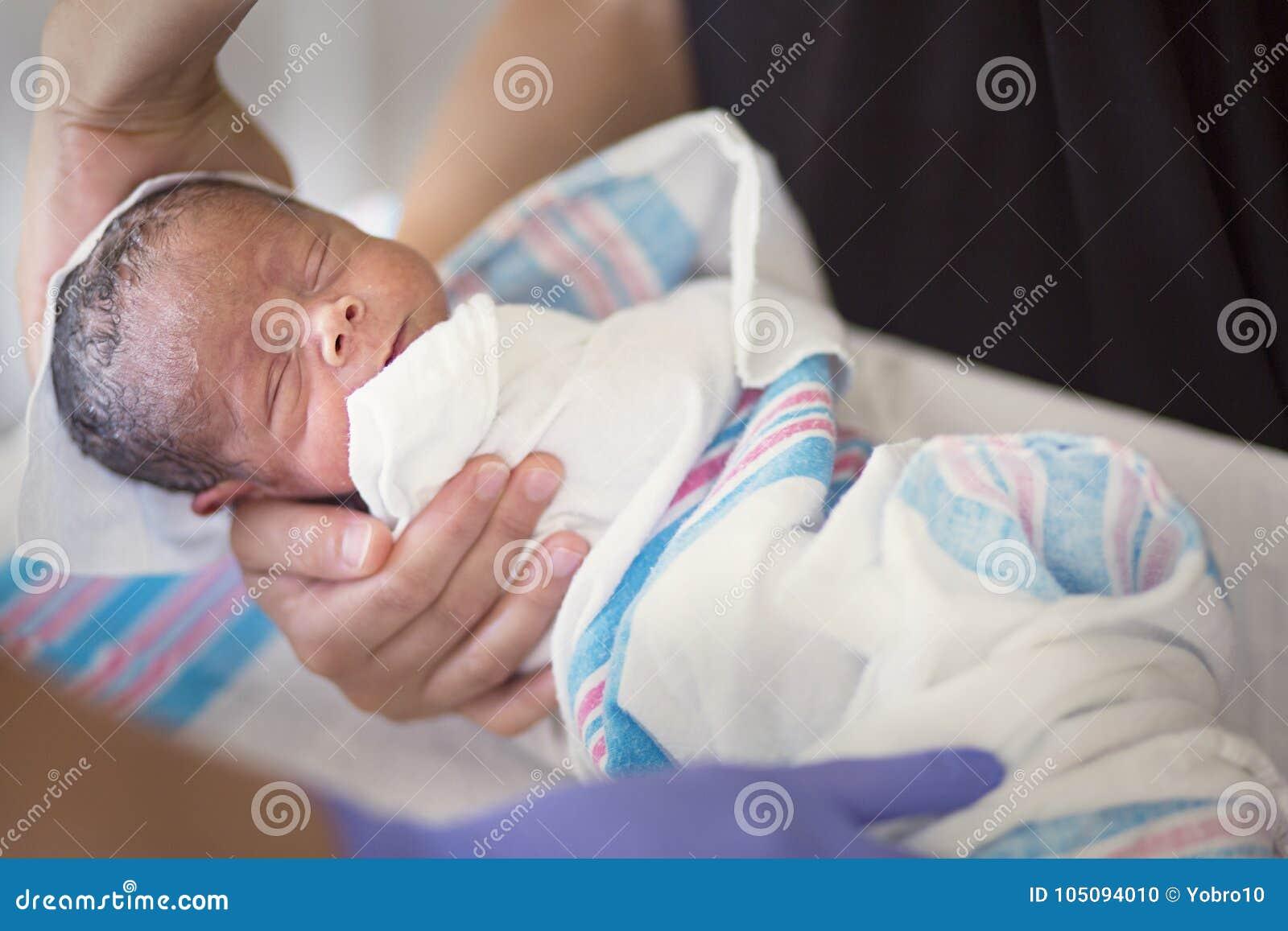 得到他的第一浴的新生儿婴孩在医院