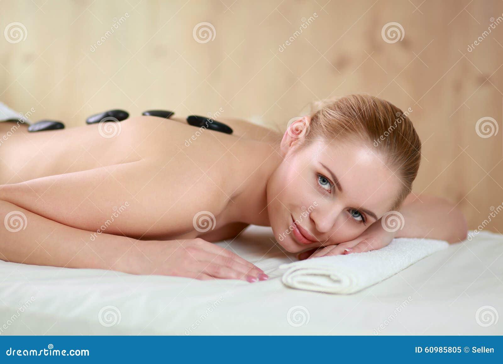 少妇裸体泡汤�9�b���_得到温泉按摩的少妇,说谎在温泉沙龙.