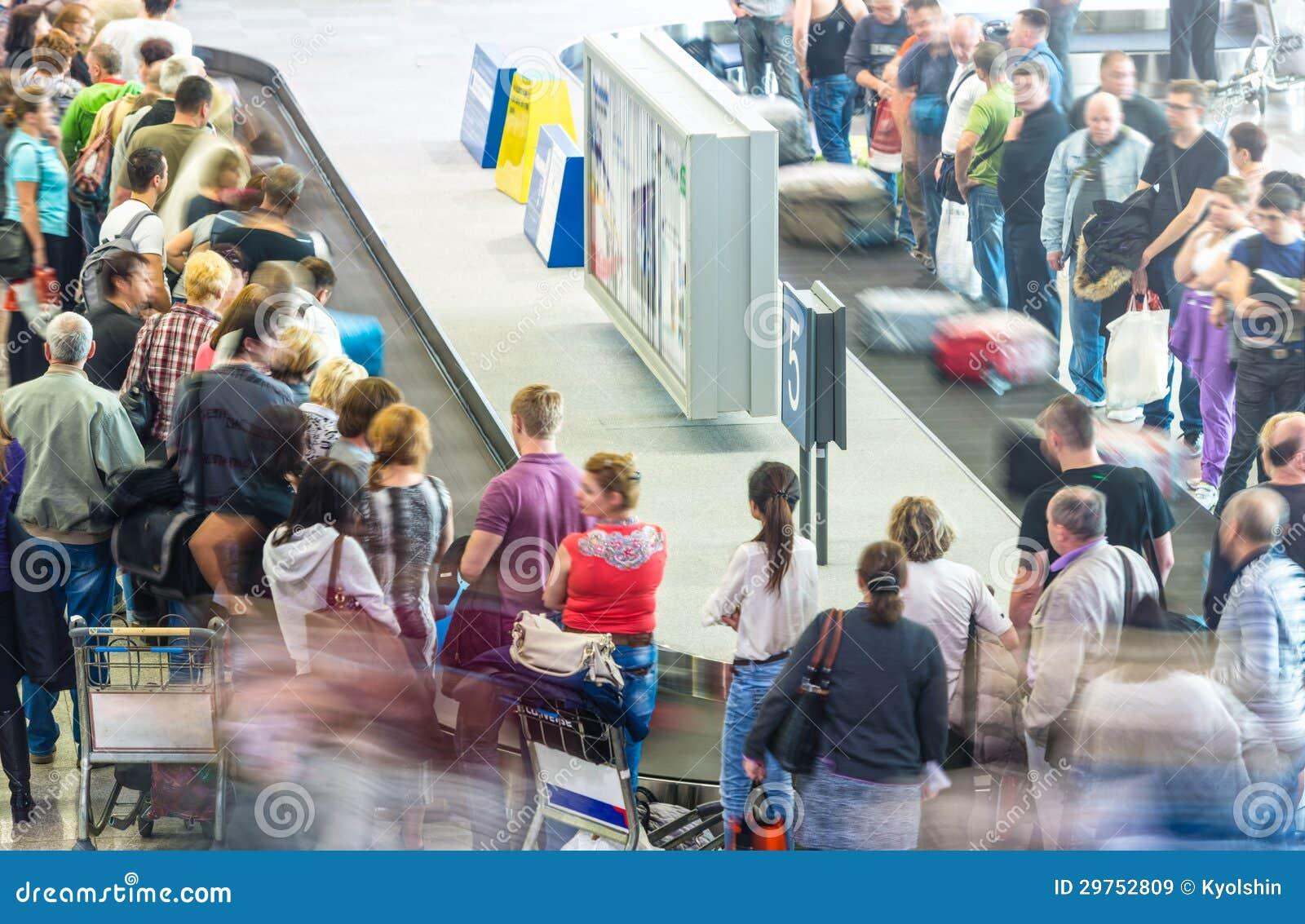 可及行李的许多人机场。
