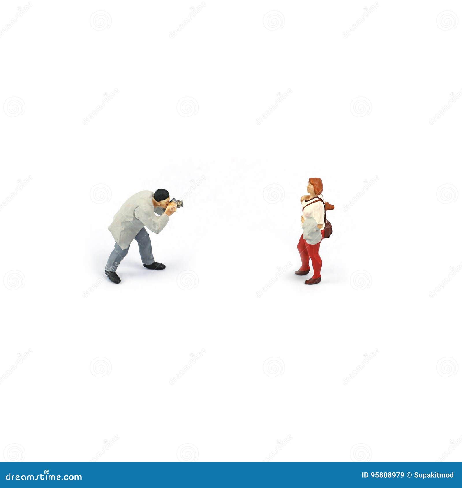 微型图人们,拍女孩的一张照片的摄影师