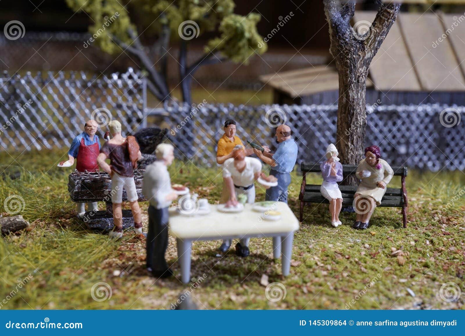 微型夏天后院烤肉聚会