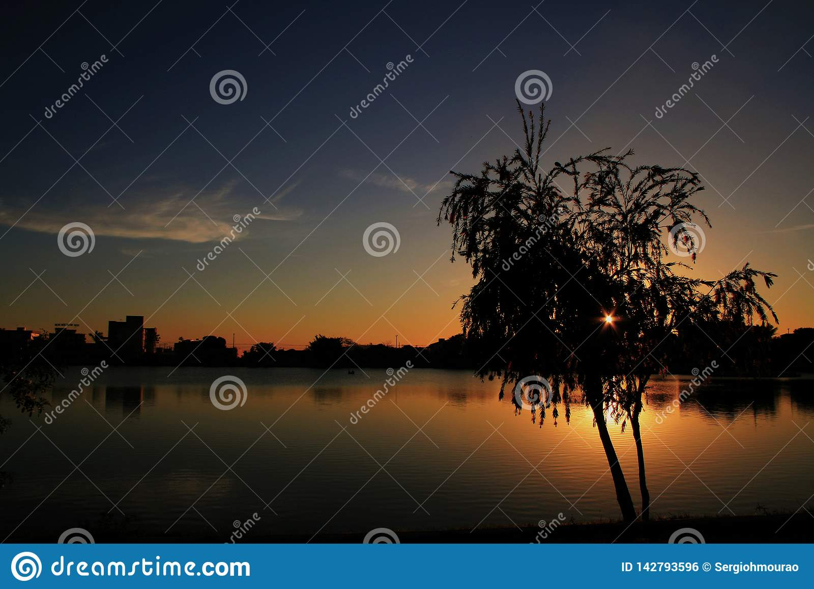 微明在帕托斯岛de米纳斯池塘