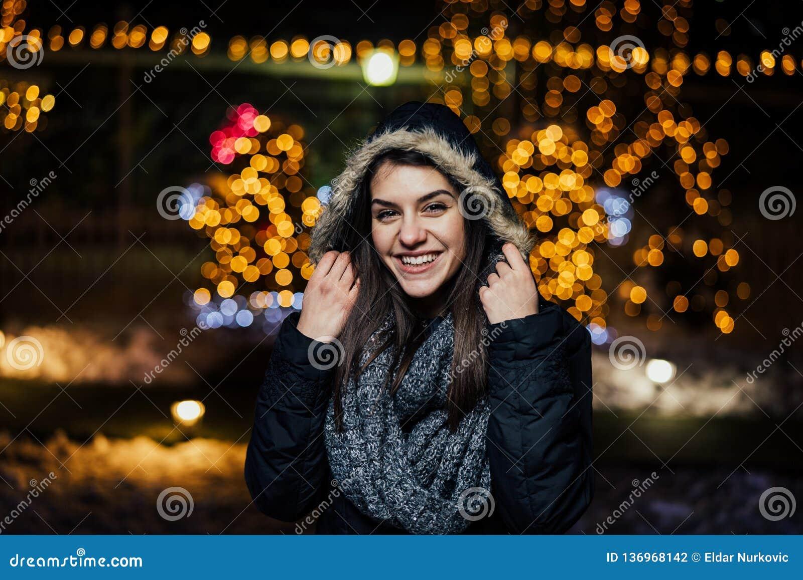 微笑一名美丽的愉快的妇女的夜画象享受冬天和雪户外 冬天喜悦 男孩节假日位置雪冬天 正的情感