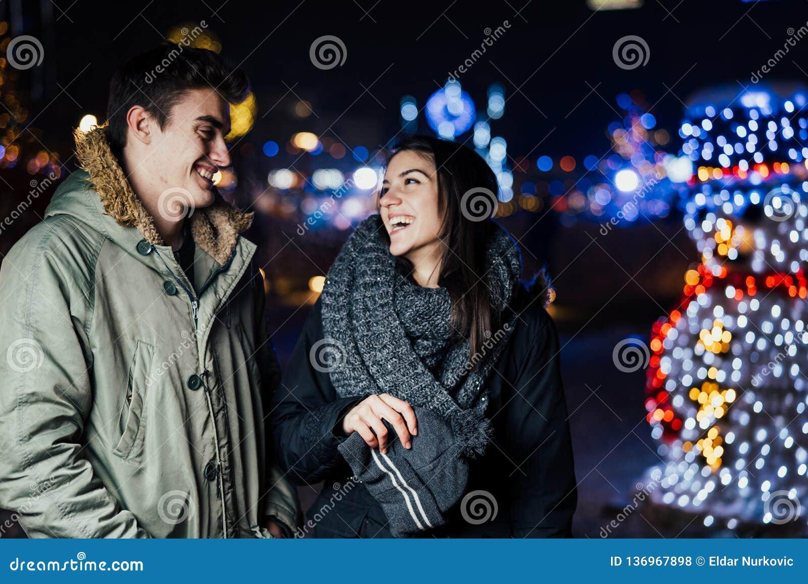 微笑一对愉快的夫妇的夜画象享用冬天和雪aoutdoors 冬天喜悦 正的情感 幸福
