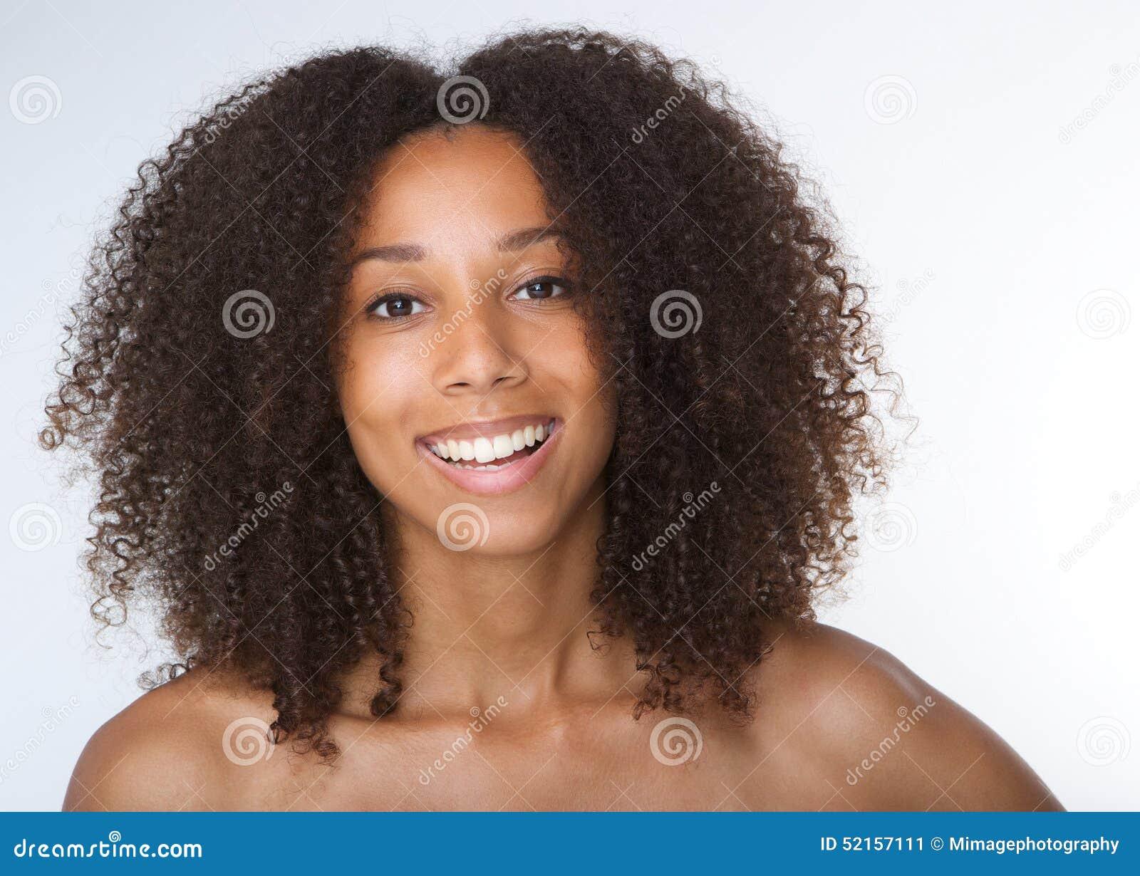 微笑与卷发的年轻非裔美国人的妇女
